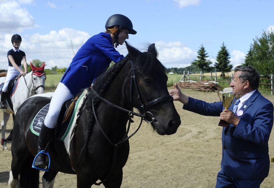 31fc6b708ff65 1 lipca, na terenie Folwarku Podkowa w Przęsocinie, odbyły się Towarzyskie  i Regionalne Zawody Jeździeckie w skokach przez przeszkody.